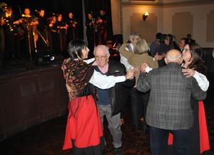 Emigrantes residentes del Hogar Español de ancianoes tambien salieron a bailar.