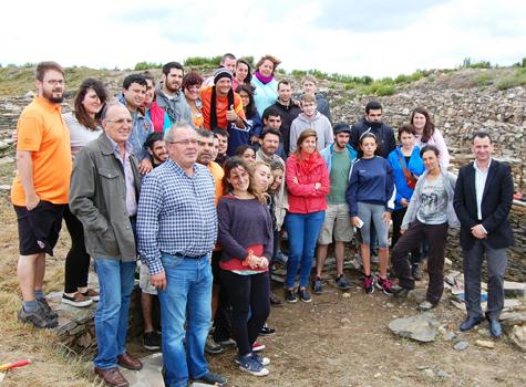 Las autoridades y los participantes en el campo de trabajo, en el castro de Portomarín (Lugo).