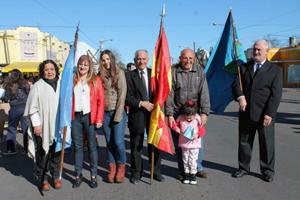 Miembros de la Asociación, el día del desfile por el aniversario del Partido.