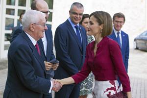 Doña Letizia saluda al director del Instituto Cervantes, Víctor García de la Concha.