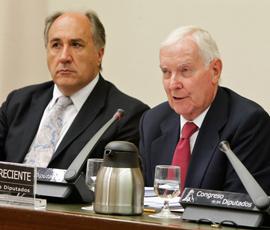 Víctor García de la Concha, derecha, en su comparecencia ante la Comisión de Asuntos Exteriores del Congreso.