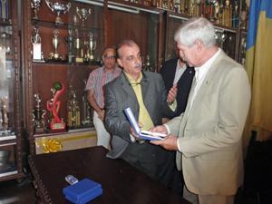 El cónsul general Paulino González Fernández-Corugedo recibe de manos de Javier Rolo la medalla en reconocimiento al apoyo constante brindado a Fedecanarias.