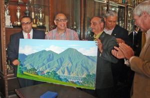 Jacinto Pérez, centro, recibió de manos de Fernando Pérez, derecha, y Lorenzo Javier Rolo, izquierda, un cuadro que representa el imponente Ávila, símbolo de la ciudad de Caracas.