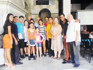 Directivos con el presidente Nelson Fernández (1º dcha.), invitados y artistas al finalizar el 101° aniversario.