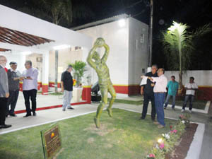La estatua del exportero Gylmar dos Santos Neves, bicampeón del Mundo.