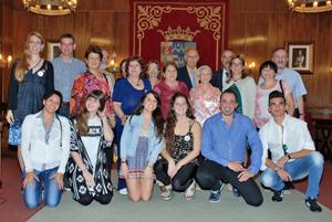 Todos los participantes del Programa Añoranza y Raíces 2015 junto a la presidenta de la Diputación (2ª dcha en la 2ª fila)  y el diputado de Cultura y Emigración (2º dcha en la 3ª fila).