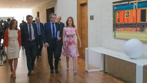 El consejero de la Presidencia, José Antonio de Santiago-Juárez, a su llegada a la Comisión de la Presidencia acompañado por la presidenta de las Cortes de Castilla y León, Silvia Clemente.