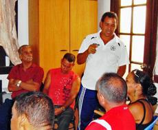 El instructor FIFA, Abilio Pérez Fournier, durante la primera clase teórica.