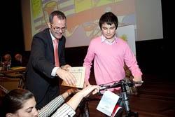 El conselleiro Xesús Vázquez le entrega una bicicleta a uno de los premiados.