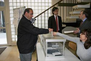 Imagen de archivo de un emigrante votando en el Consulado de París.