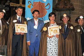 Miranda junto a los nuevos caballeros y damas de la Enxebre Orde da Vieira.