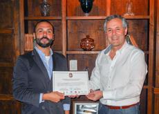 Javier Gallego (izq.) recibió de manos de Carlos Santos un Diploma de Honor.