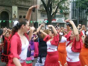 Bailando durante la procesión.