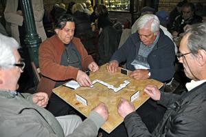 La típica partida de dominó no puede faltar en este tradicional torneo.