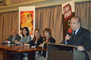 El titular del Club Español, Víctor Moldes, durante la presentación y al fondo las autoras.
