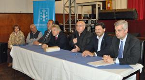 Manuel Ramos, micrófono en mano, presentó al secretario da Emigración, a su izquierda.