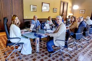 La presidenta de la Junta, Susana Díaz, y el vicepresidente Manuel Jiménez Barrios (a su derecha), responsable de la atención a los andaluces en el exterior como consejero de la Presidencia, en la reunión del Ejecutivo.
