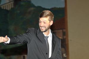 Pablo González saluda al público luego de ser elegido principe del Centro Asturiano.