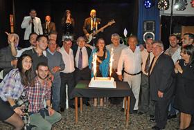 Socios y directivos con la tarta del aniversario.