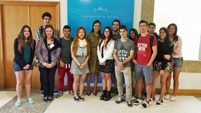 Los alumnos del Santiago Apóstol con Pilar Rojo.