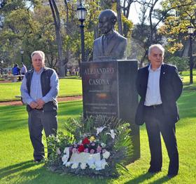 Las autoridades de las entidades asturianas depositaron una ofrenda floral al pie del busto de Casona.