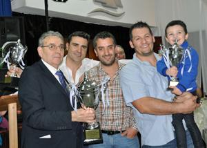 El equipo ganador recibió el trofeo de manos del presidente del Valle Miñor, Carlos Barcia (izquierda).