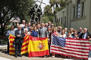 Los Reyes, con un grupo de ciudadanos menorquines desplazados a la ciudad con motivo del 450 aniversario, junto al Monumento al Padre Camps.