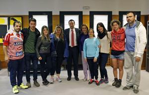 Guillermo Martinez y Begoña Serrano con los jóvenes participantes en el programa 'Raíces 2015'.