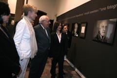 Areces en la inauguración de la exposición 'Palabras para un rostro'.
