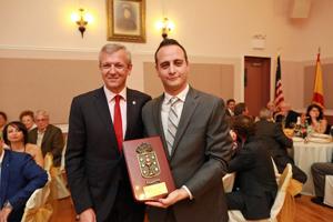 Alfonso Rueda entregó a Marcos Roel un recuerdo con motivo del 75 aniversario de la Casa de Galicia de Nueva York.