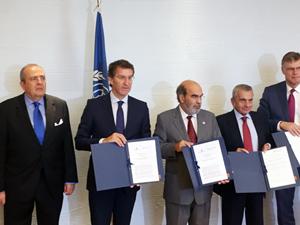 Alberto Núñez Feijóo y José Graziano de la Silva (a su lado) muestran el memorando con el resto de participantes en la firma.