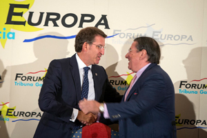 Feijóo saluda a Francisco Vázquez, exalcalde de A Coruña, que presentó su conferencia.