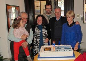 Victoria Repiso (dcha.) y otros directivos del Centro Riojano con la tarta de aniversario.
