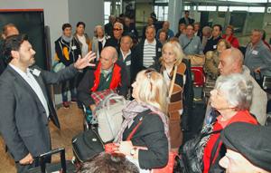 Rodríguez Miranda (izq.) recibió en el aeropuerto de Peinador a los primeros participantes en el programa 'Reencontros na Terra'.