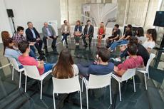 Román Rodríguez con los alumnos del Instituto Santiago Apóstol.