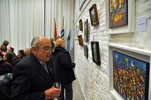 Emigrantes gallegos visitan la muestra en el Patronato.