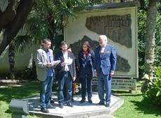 Lectura de los nombres de todos los ciudadanos españoles desaparecidos frente al mural que los homenajea.