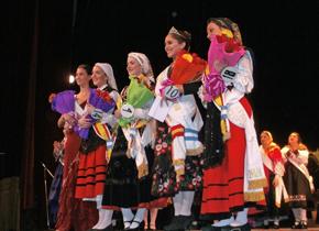 La nueva Reina y Princesas reciben el aplauso del público que copó el auditorio del Teatro Avenida.