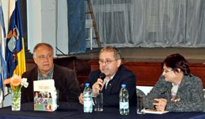 Néstor Hormiga, centro, presentó su libro en la  Sociedad Islas Canarias de Montevideo.