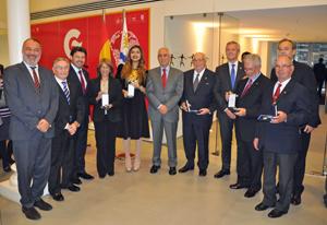 Los homenajeados posan con sus medallas junto a las autoridades.