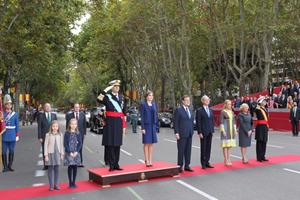 Los Reyes, la Princesa Leonor, la Infanta Sofía, Rajoy y el resto de autoridades en el desfile de la Hispanidad.