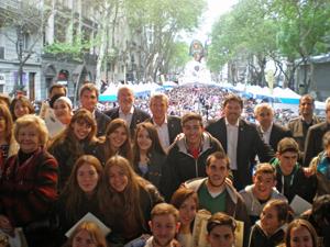Alfonso Rueda y Rodríguez Miranda con algunos jóvenes descendientes de emigrantes y al fondo la abarrotada Avenida de Mayo.