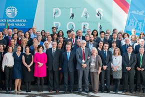 El lehendakari con los participantes en el VI Congreso de Comunidades Vascas en el Mundo.