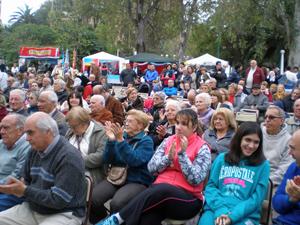 El público ovacionó a los grupos de danzas que pasaron por el escenario principal.