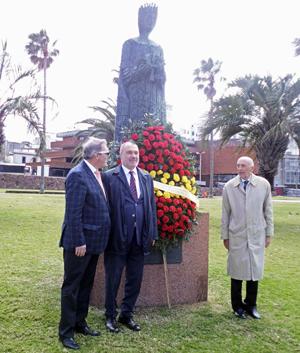 Jorge Torres, Roberto Varela y Manuel Fairén en el monumento a la Reina Isabel la Católica.
