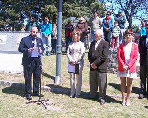 El cónsul Carlos Tercero se dirige a los asistentes a la ofrenda floral ante el monumento a Isabel la Católica.