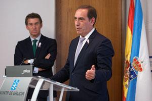 El conselleiro de Facenda, Valeriano Martínez, explica los Presupuestos de la Xunta para 2016 tras su aprobación en el Consello ante la atenta mirada del presidente del Gobierno gallego, Alberto Núñez Feijóo.