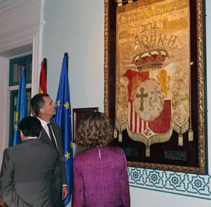 El Rey y la Reina (de espaldas) ante el estandarte del Centro Asturiano de La Habana.