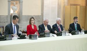 Los Reyes, en la reunión del Patronato junto al ministro de Asuntos Exteriores, José Manuel García-Margallo; el director del Instituto Cervantes, Víctor García de la Concha, y el secretario general, Rafael Rodríguez-Ponga.