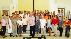 El presidente Raúl Parrado, centro, con la directiva y asociados.